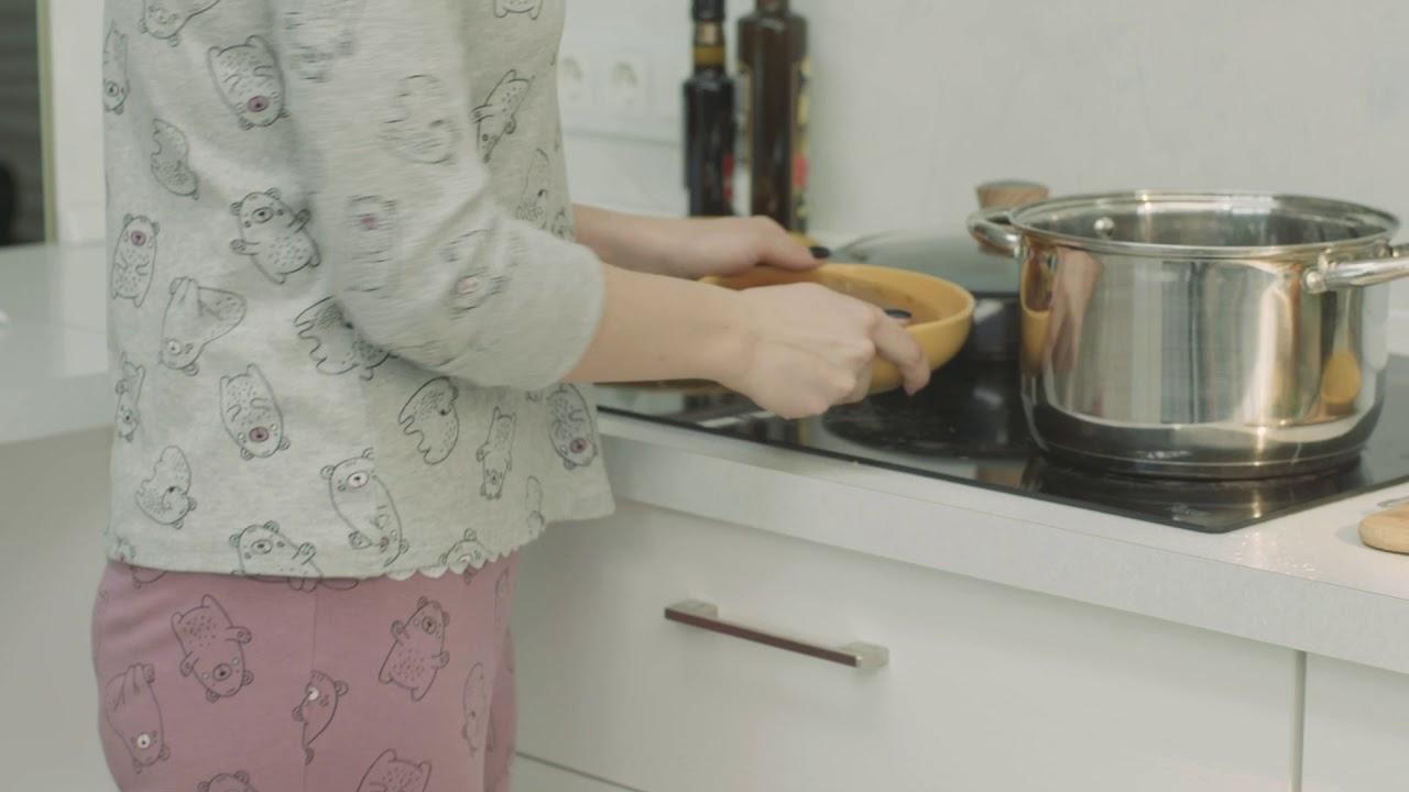 Робот-пылесос на кухне